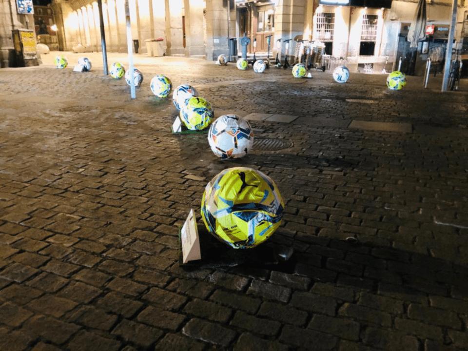 Bolardos con forma de balones de fútbol en Madrid