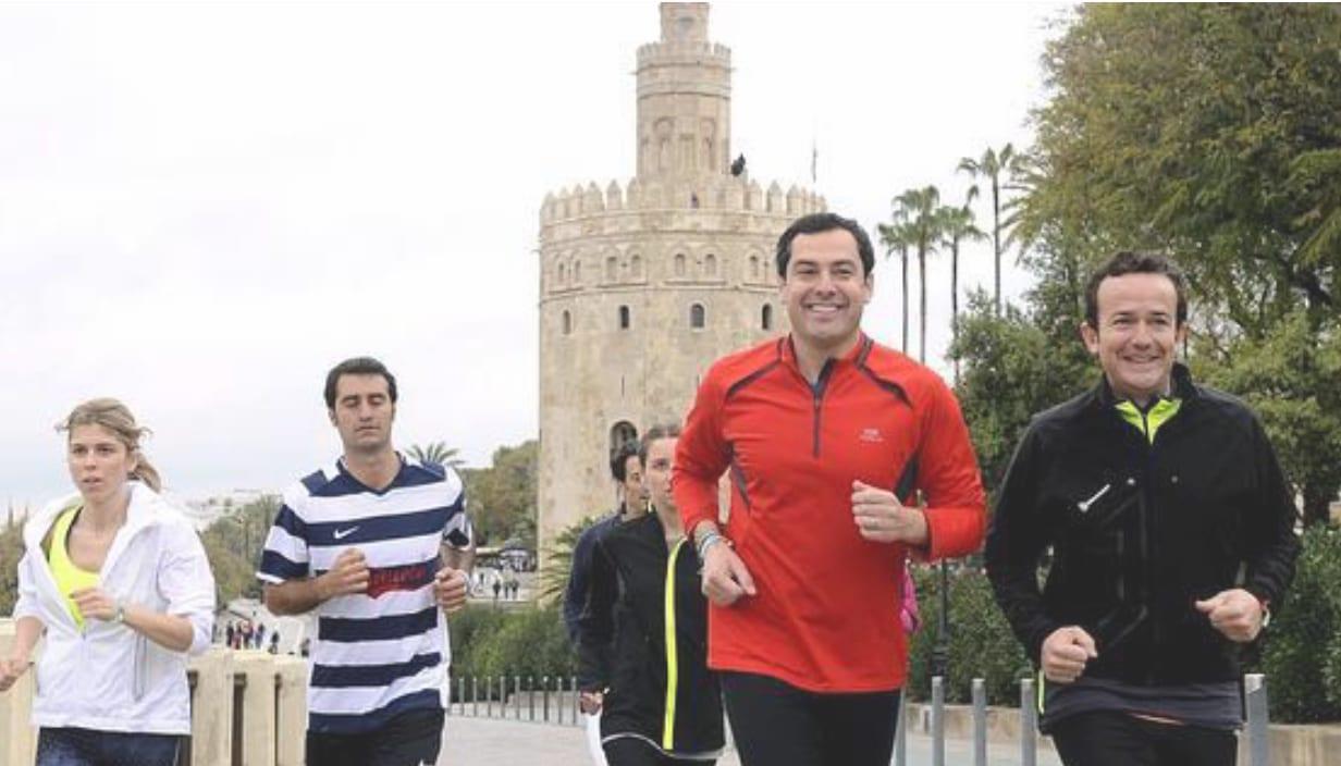 El presidente de la Junta de Andalucía, Juanma Moreno, haciendo deporte con un grupo de amigos (archivo)