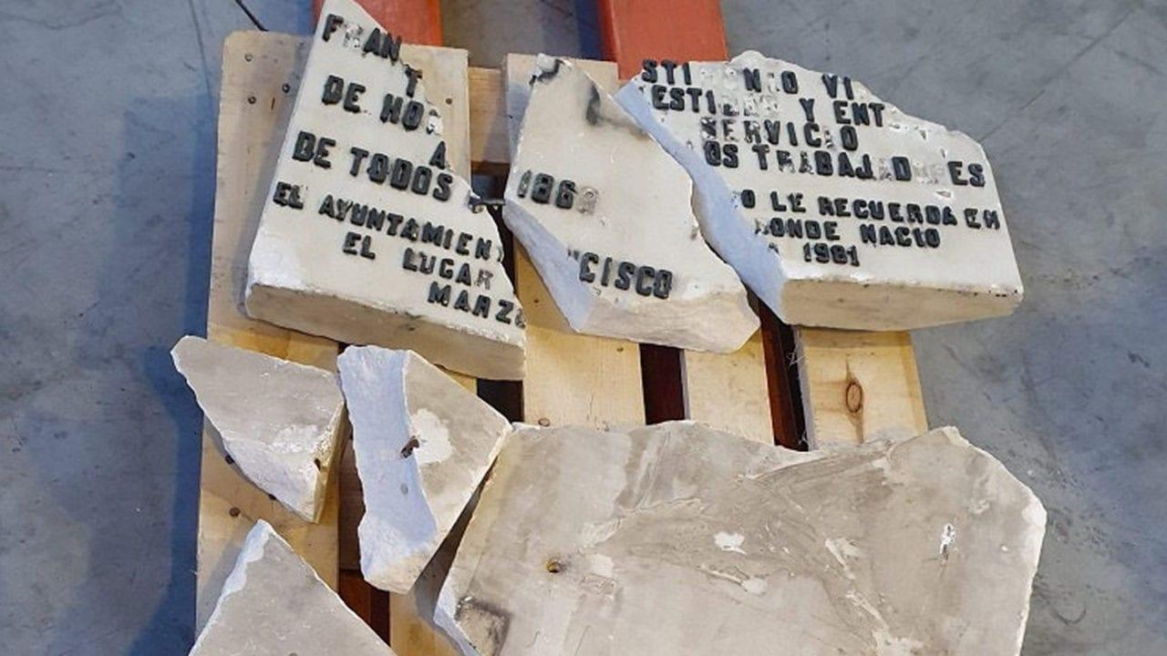 Restos de la placa homenaje a Largo Caballero.