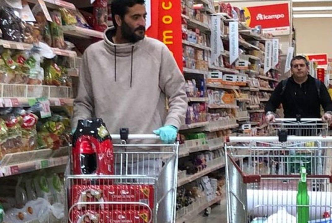 El futbolista Dani Güiza comprando Cruzcampo en un supermercado preparándose para el confinamiento de marzo de 2020