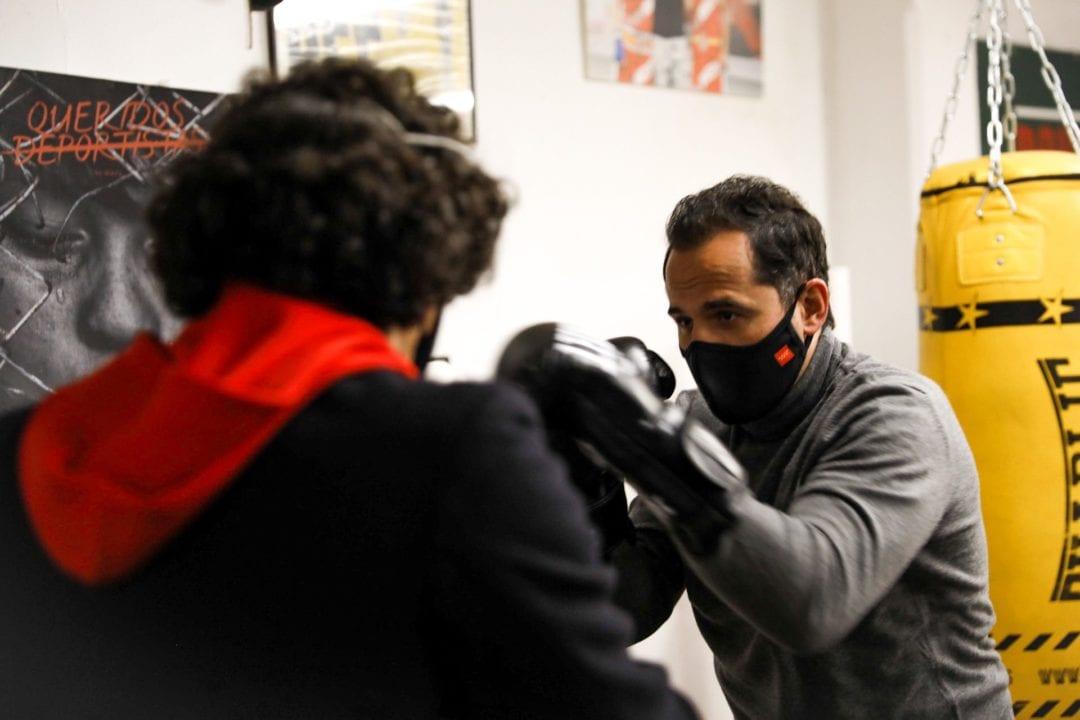 Ignacio Aguado posando con guantes de boxeo.