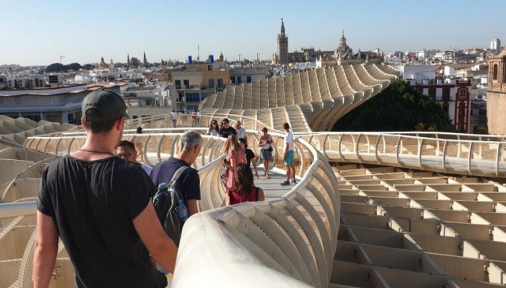 Turistas en el mirador de las Setas de Sevilla