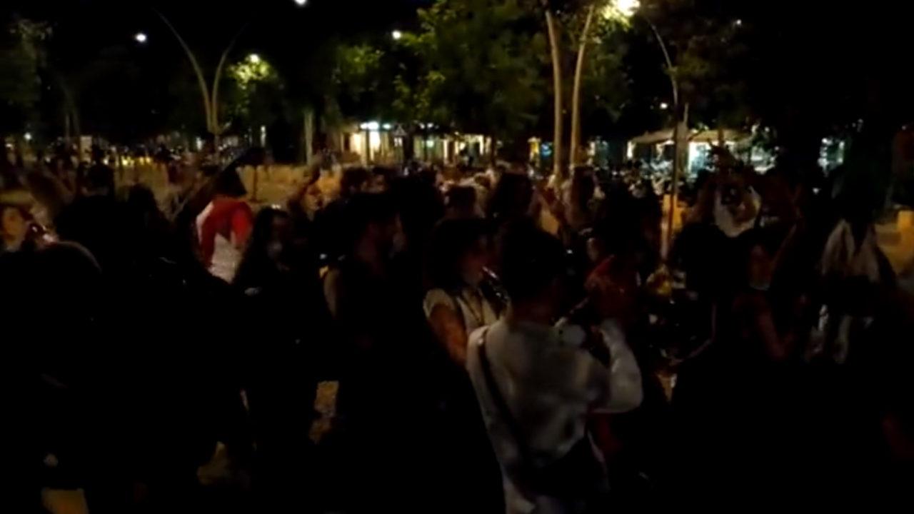 Un grupo de unas 40 personas celebran el fin del estado de Alarma en la Alameda, en Sevilla.