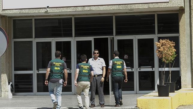 Guardia Civil entrando en unas instalaciones vinculadas a UGT-A.