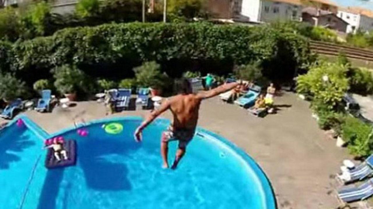 Un joven practicando 'balconing'.