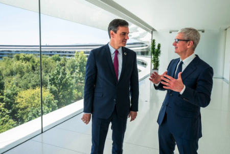 Tim Cook recibe a Pedro Sánchez en la sede central de Apple